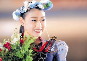 グランプリファイナル初出場で初優勝を果たし、金メダルを手に笑顔を見せる紀平梨花(カメラ・相川 和寛)