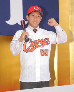 広島の新入団選手記者会見終了後、バットを持ち記念撮影するドラフト7位・羽月隆太郎