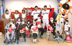 東海大学医学部付属病院を訪れ、長期入院している子どもたちと交流した巨人・菅野、宮国(球団提供)