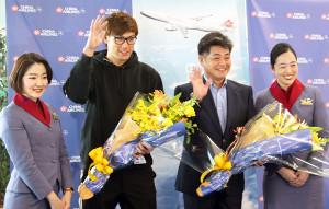 笑顔で福岡空港から出発したソフトバンク・柳田と工藤監督(左から2、3人目)