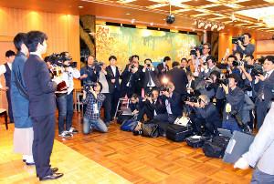 取材に駆け付けた大勢の報道陣。まだまだ藤井フィーバーは健在