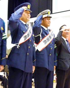 一日警察署長を務めた(左から)中日・平田と福