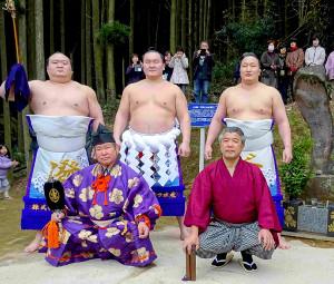 不知火型のゆかりの地で、土俵入りを行った横綱・白鵬(後列中央)