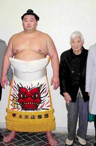 地元の熊本・宇土市の巡業で祖母の正代さん(右)と並ぶ幕内・正代(左)