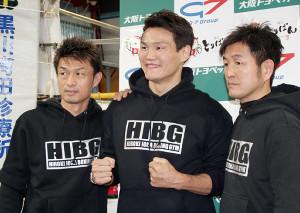 41歳でのタイトル獲得に燃える野中悠樹(中。右は井岡弘樹会長、左は桂伸二トレーナー)