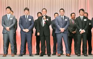 原監督の殿堂入りパーティーを訪れた坂本勇(左端)ら巨人勢