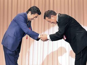 安倍首相から殿堂入りを祝福された原監督(右)