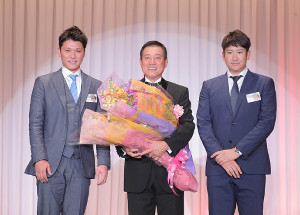 原監督の殿堂入りパーティーで花束を手渡した菅野(右)と坂本勇(左、カメラ・橋口 真)