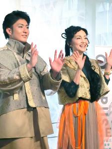 舞台「オイディプスREXXX」に出演する中村橋之助と南果歩