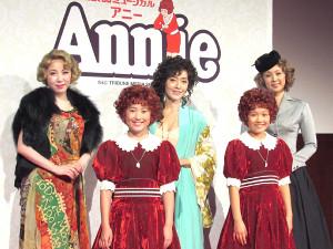 会見した(前列左から)岡菜々子、山崎玲奈、(後列左から)服部杏奈、早見優、蒼乃夕紀