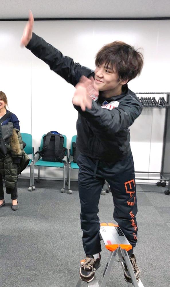 取材中の島田高志郎に手を振るおちゃめな宇野昌磨(カメラ・高木恵)
