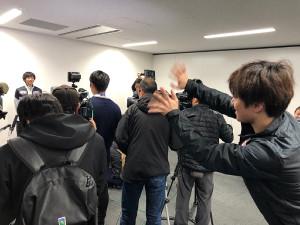 取材中の島田高志郎に手を振る宇野(カメラ・高木恵)