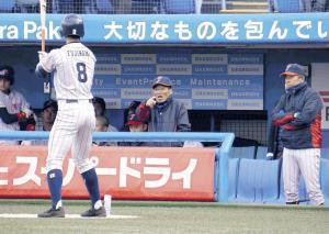 ベンチから指示を出す前田監督。69歳になった今でも闘志は全開だ