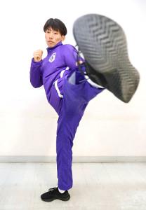 かつて習っていた空手の強い蹴りを披露した駒大・伊東颯汰(カメラ・川口 浩)