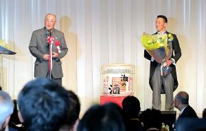 金本氏の「野球殿堂入りを祝う会」でスピーチする張本氏(左)