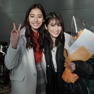 クランクアップし笑顔を見せる新木優子(左)と今田美桜(C)フジテレビ