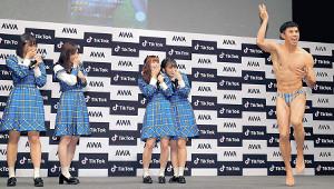 小島よしおのパフォーマンスに盛り上がるSKE48の(左から)日高優月、松井珠理奈、高柳明音、竹内彩姫