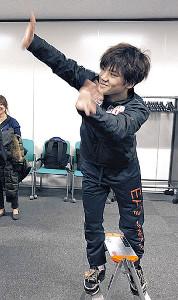 取材を受けるジュニアGPファイナル男子3位の島田高志郎に手を振るおちゃめな宇野昌磨