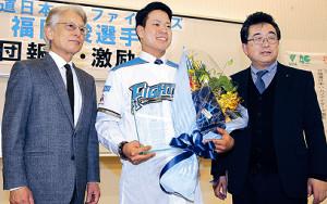 記念撮影をする(左から)山本学長、福田、正木理事長