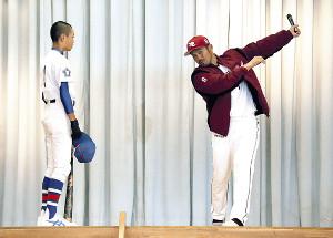 野球部の生徒に身ぶりを交え打撃指導する今江