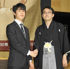 史上最年少で公式戦通算100勝を達成した藤井聡太七段(右は羽生善治竜王)
