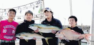 福岡・玄海灘でヒラマサやマダイを釣った大仁田厚(福岡・芥屋漁港で)