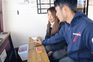 尾崎渚さん(右)から釣り方を教えてもらうみらいちゃん