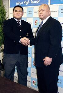 藤島親方(右)と握手する鈴木優