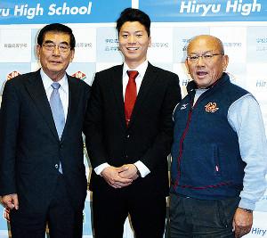 ドラフトで広島から育成1位指名を受けた大盛(中央)は、母校の飛龍高へ指名の報告に訪れた