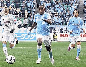 開幕・川崎戦でプレーするアダイウトン(中)と中村(右)
