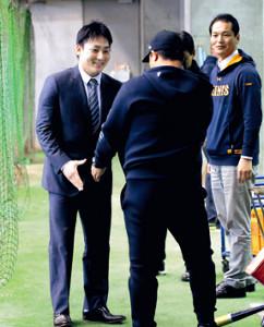 ジャイアンツ球場を訪れ、対面した村田コーチ(手前)に笑顔で握手を求める丸(カメラ・泉 貫太)