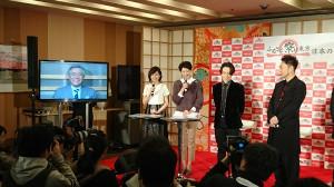 VTR出演の小倉キャスターを見守る(左から)山崎アナ、森本アナ、TETSUYA、USA