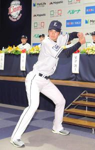 新入団選手発表会で大谷翔平のモノマネをする渡辺勇太朗