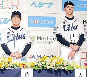 新入団選手発表会で登壇した大窪(右)。隣の佐藤と比べてもひときわ身長の高さが目立った