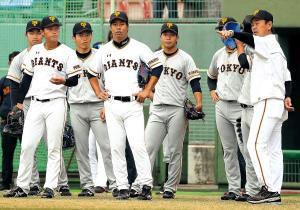 秋季キャンプで若手投手陣に指示を出す水野コーチ(右)