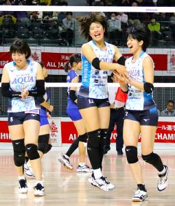 得点に喜ぶ雪丸(右)らKUROBEの選手たち(カメラ・竹内 竜也)