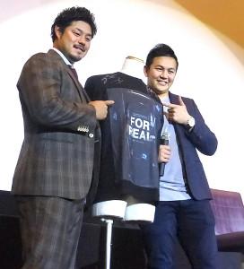 球団公式ドキュメンタリーの舞台あいさつに出席した山崎と宮崎(カメラ・山崎智)