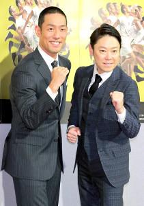 """笑顔で""""いだてん""""のポーズをする中村勘九郎(左)と阿部サダヲ"""