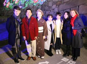 大阪城ナイトウォーク「SAKUYA LUMINA」を体験した(左から)西川忠志、西川きよし、西川ヘレンらファミリー