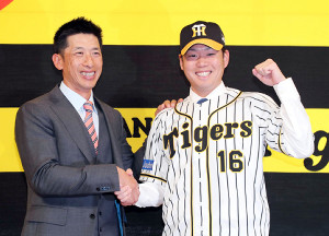 入団会見後、矢野監督(左)と満面の笑みで握手を交わす西(カメラ・豊田 秀一)