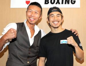 内山高志氏(左)と笑顔の井岡