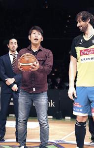 Bリーグの始球式を行った日本ハム・加藤(右はドブラス)