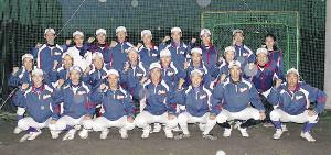 21世紀枠の地区推薦校に選ばれ、ガッツポーズで記念撮影する古川の選手たち