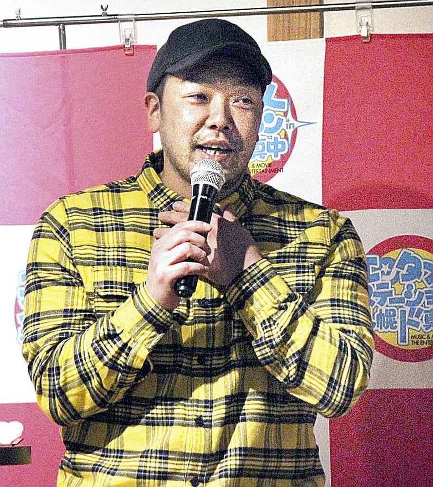 札幌市内の居酒屋でトークショーを行った阿部