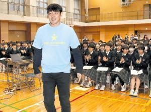 いじめ撲滅のイベントに参加し、生徒たちの拍手を浴びながら登場する岩隈(カメラ・関口 俊明)