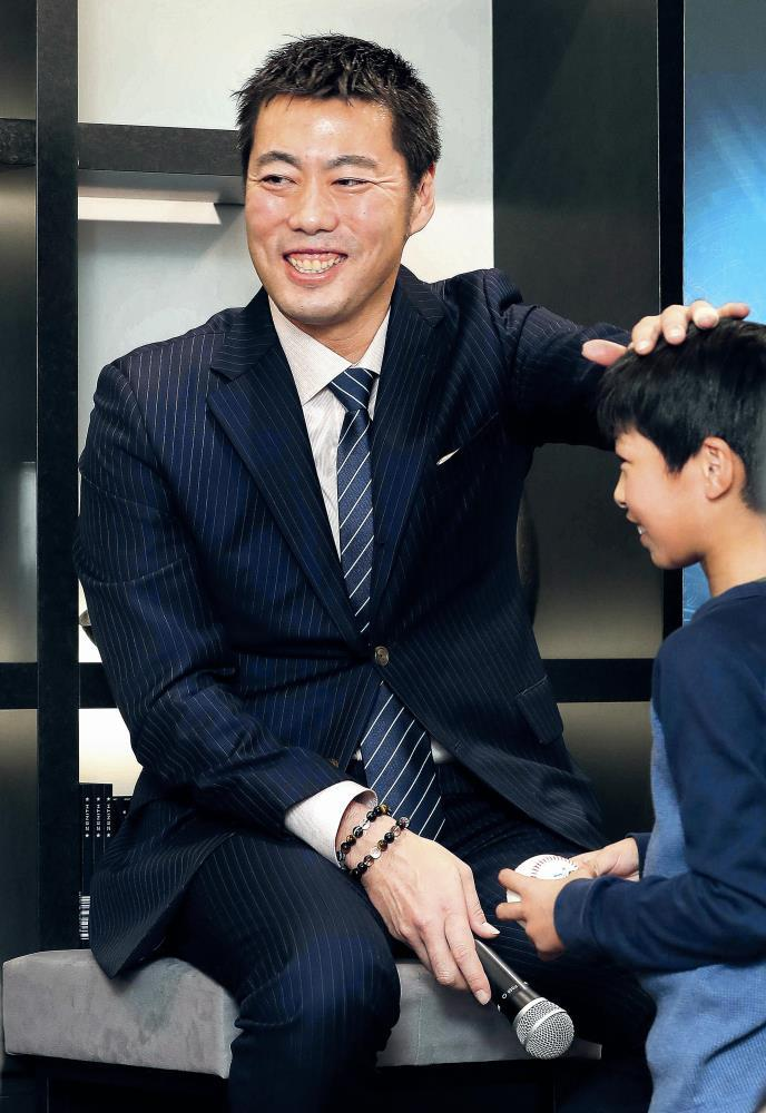 トークショーで野球少年とふれあう上原(カメラ・石田 順平)