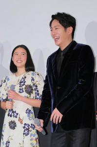 舞台挨拶に笑顔で登壇した溝端淳平(左は藤野涼子)