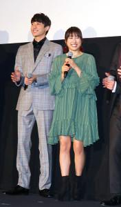 映画「春待つ僕ら」の公開記念あいさつに出席した土屋太鳳。左は小関裕太
