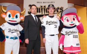 父でオリックス打撃投手の暁さん(左)とドラフト1位の太田椋