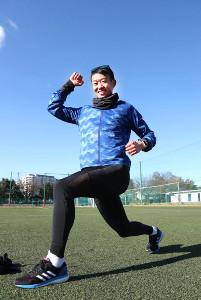 好天の下、笑顔でランニングのポーズを見せる明大・坂口(カメラ・関口 俊明)